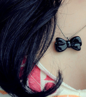 black, bow and correntes