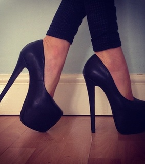 beautiful pic, black shoes and high heels