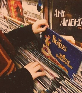 amy winehouse, vinilo and hands
