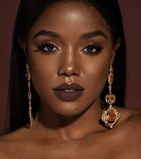 Queen, accessories and black beauty