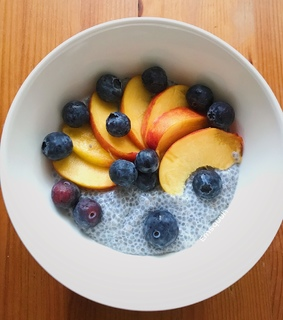 FRUiTS, blueberries and chia pudding