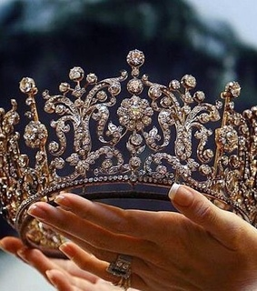 Queen, crown and gold