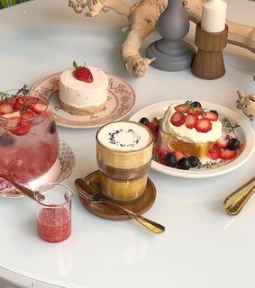 desserts, pastries and strawberry+strawberries