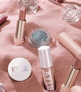 kylie jenner, blusher and eyeshadow