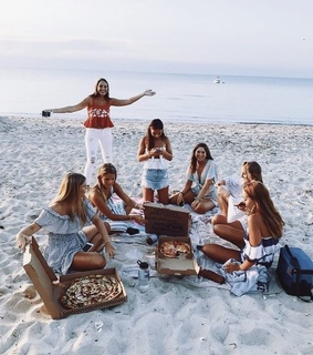 beach, friends and pizza