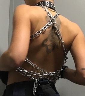 edgy, Hot and chains