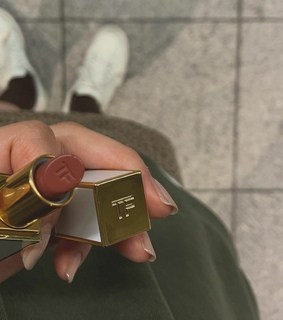 hold, tom ford lipstick and nails
