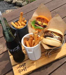 food, hamburger and frites