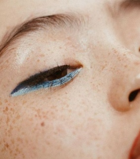 natural eyebrows, freckles and minimalistic