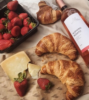 wine, foodporn and croissant